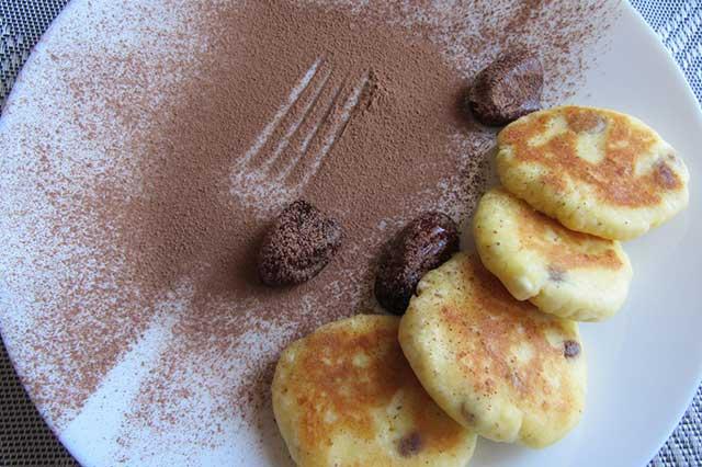 Вкусные сырники с изюмом и финиками - рецепт пошаговый с фото