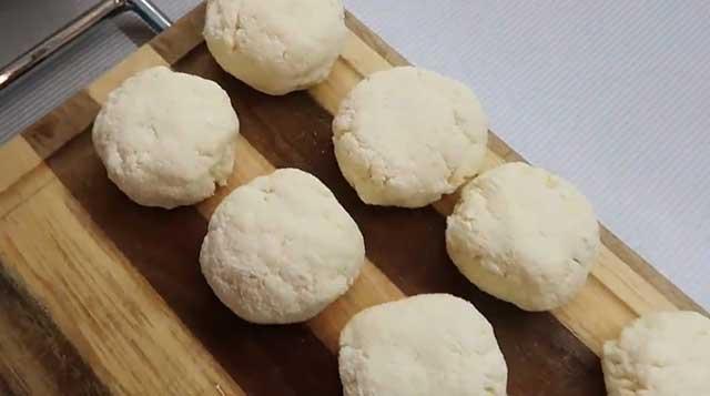 Формируем высокие толстенькие сырнички перед обжаркой